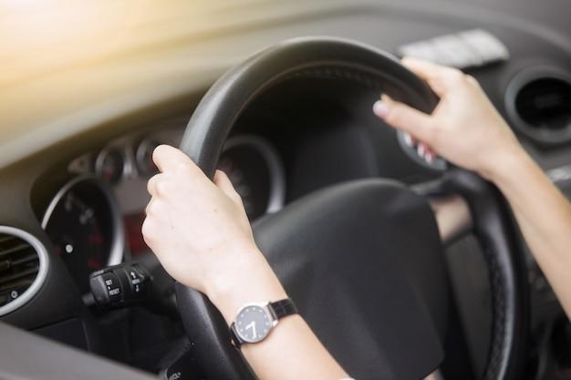 Portrait d'une femme souriante séduisante conduisant une voiture Photo gratuit