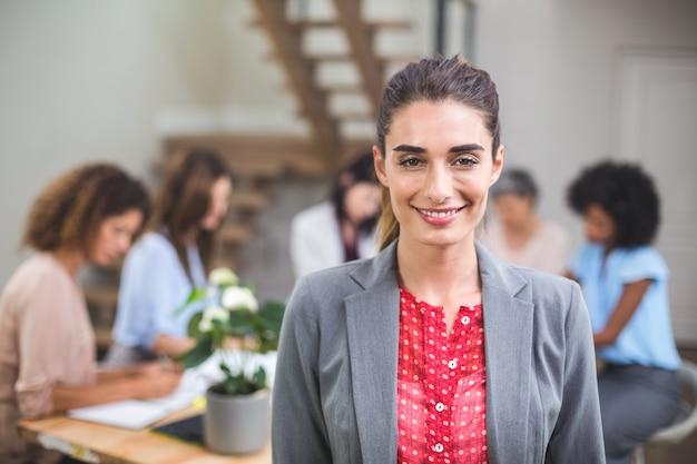 Portrait femme souriante Photo Premium
