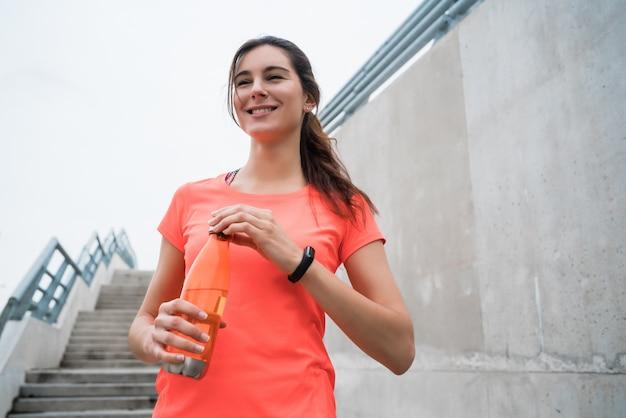 Portrait D'une Femme Sportive De L'eau Potable Après L'entraînement. Concept De Mode De Vie Sport Et Santé. Photo gratuit