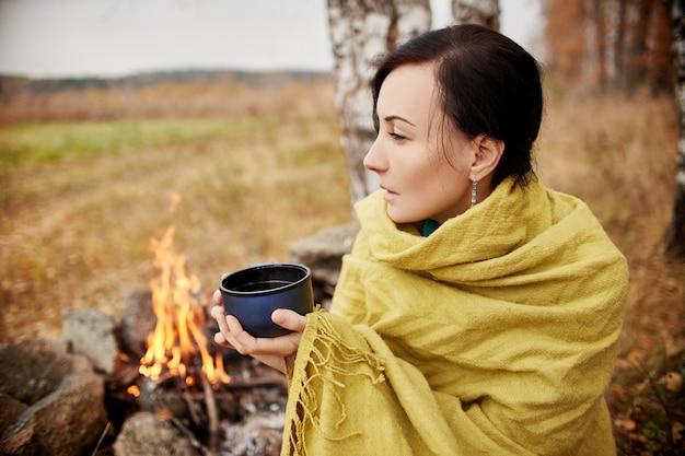 Portrait, femme, tasse, thé chaud, mains Photo Premium
