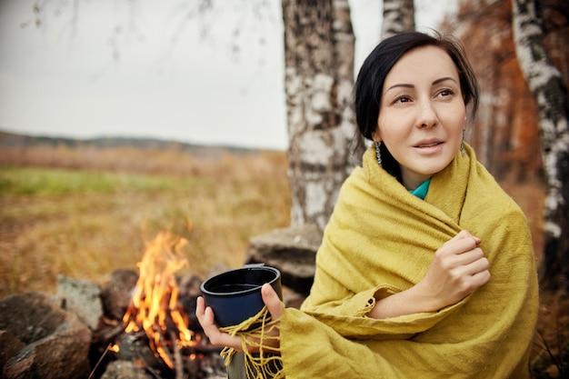 Portrait d'une femme avec une tasse de thé chaud Photo Premium