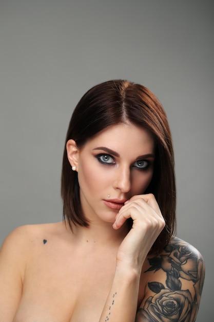 Portrait De Femme Avec Tatouage Photo gratuit