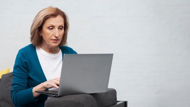 Portrait de femme travaillant sur un ordinateur portable Photo gratuit