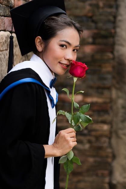 Portrait les femmes diplômées portent une graduation bleue. Photo Premium