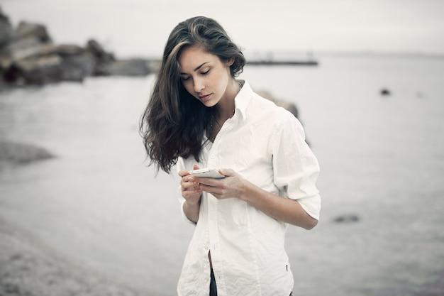 Portrait D'une Fille Adolescente Marchant Sur La Plage Photo Premium