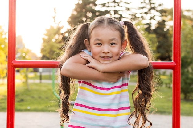 Portrait De Fille Asiatique Smiley Dans Le Parc Photo Premium