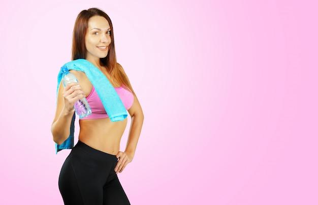 Portrait d'une fille assez sportive sur fond rose Photo Premium
