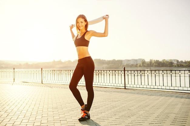 Portrait D'une Fille Athlétique. Beau Modèle De Fitness Sport Jeune Se Prépare Pour Le Jogging Dans Le Parc De La Ville. Photo gratuit