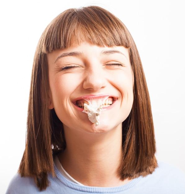 Portrait d'une fille au chewing-gum Photo gratuit