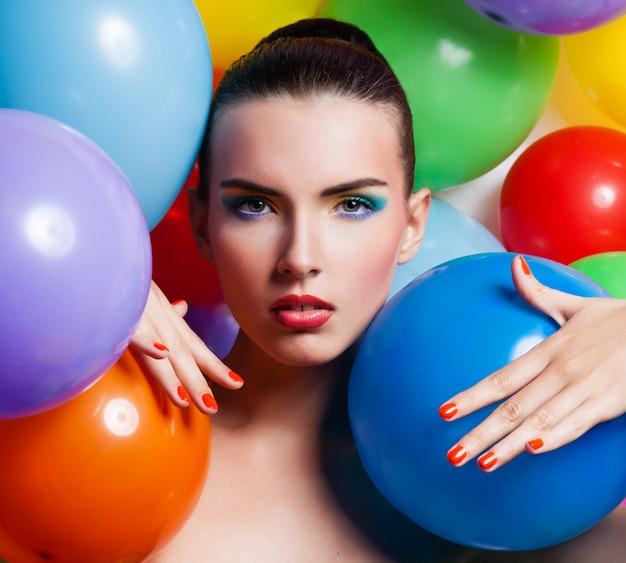 Portrait de fille de beauté avec le maquillage coloré Photo Premium