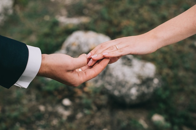 Portrait, fille, couples, cherche, robe mariage Photo Premium