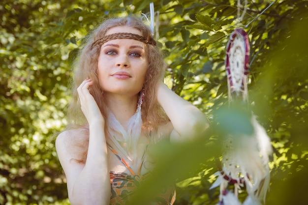 Portrait de fille avec dreamctahcer accroché à côté Photo Premium