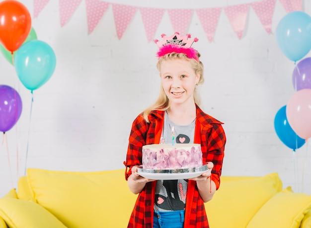 Portrait, fille, gâteau, anniversaire, regarder appareil-photo Photo gratuit