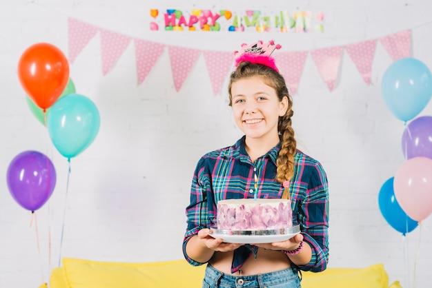 Portrait d'une fille heureuse avec un gâteau d'anniversaire Photo gratuit
