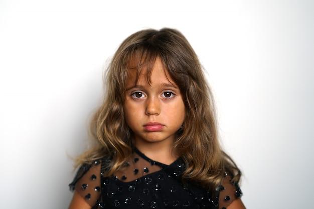 Portrait D'une Fille Italienne De 4 Ans à La Recherche De Droite Photo Premium