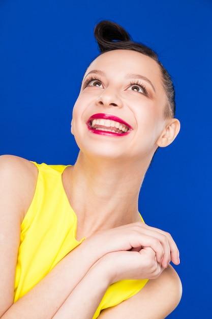Portrait, fille, maquillage, robe jaune Photo Premium