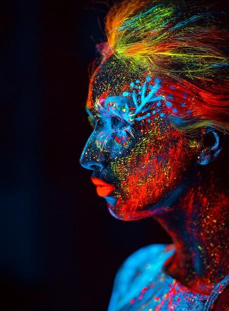 Portrait D'une Fille Peinte En Poudre Fluorescente. Photo Premium