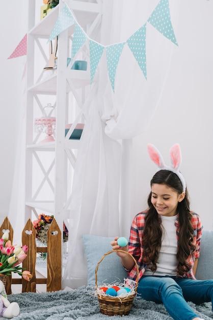 Portrait, de, a, fille, regarder, oeufs pâques, reposer lit décoratif Photo gratuit