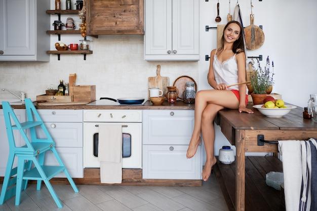 Portrait, fille, séance, cuisine, table, cuisinière, sauce, casserole Photo Premium