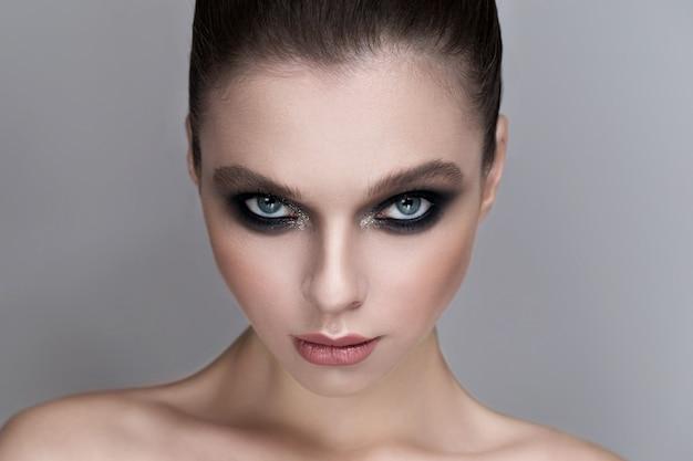 Portrait d'une fille sexy avec un beau maquillage Photo Premium