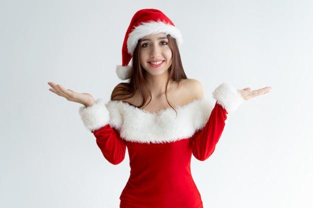 Portrait, de, fille souriante, dans, robe santa, haussant épaules Photo gratuit
