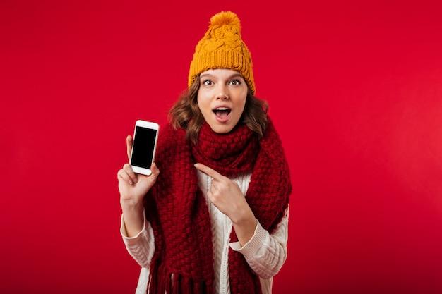 Portrait D'une Fille Surprise Habillée En Chapeau D'hiver Photo gratuit
