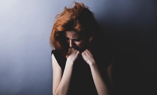 Portrait d'une fille triste dans le style des années 80. Photo Premium
