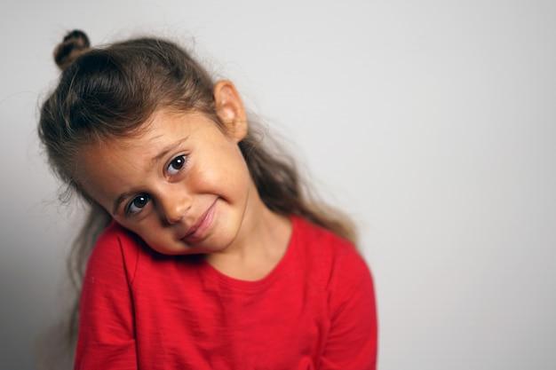 Portrait Sur Fond Blanc D'une Fille Italienne De 4 Ans à Côté Photo Premium