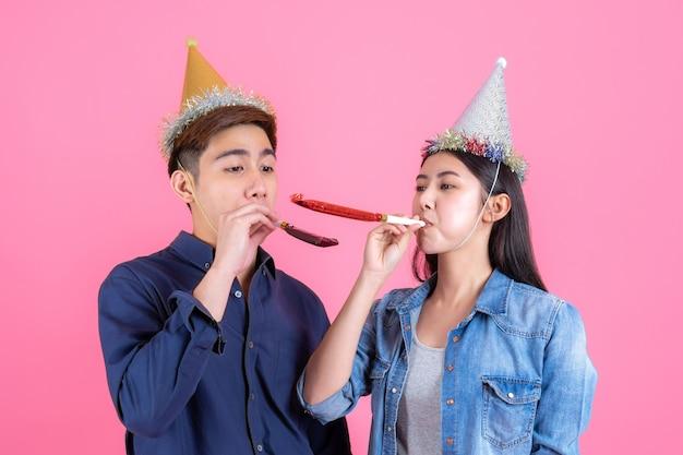 Portrait gai jeune couple avec accessoire de fête Photo gratuit