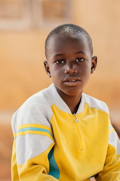 Portrait De Garçon Africain Coup Moyen Photo gratuit