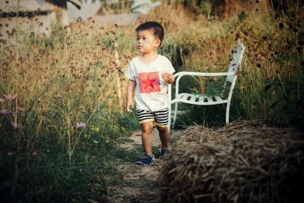 Portrait de garçon asiatique heureux à l'extérieur en image avec espace de copie Photo gratuit
