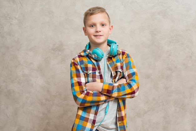 Portrait de garçon avec un casque autour du cou Photo gratuit