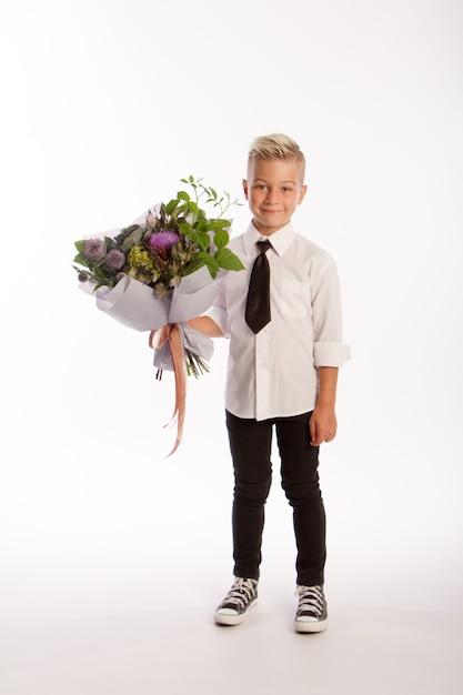 Portrait De Garçon Caucasien Blond à La Mode Avec Bouquet Cadeau Photo Premium