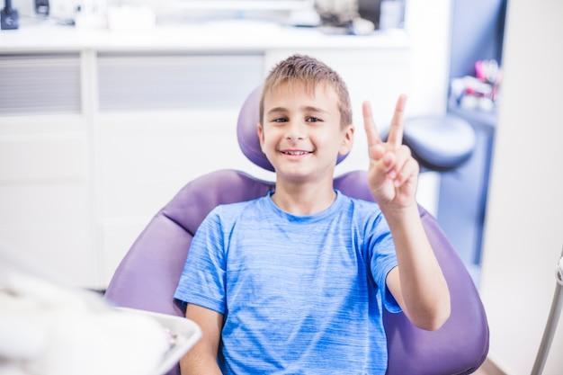Portrait, de, a, garçon heureux, gestes, victoire, signe, dans, clinique Photo gratuit