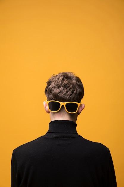 Portrait D'un Garçon à La Mode Par Derrière Photo gratuit