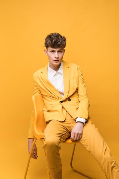 Portrait d'un garçon à la mode qui pose Photo gratuit