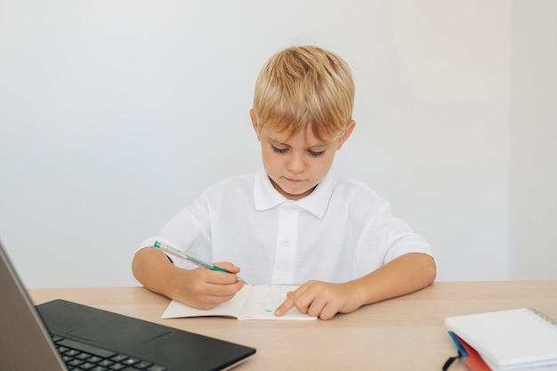 Portrait D'un Garçon Prêtant Attention à La Classe En Ligne Photo gratuit