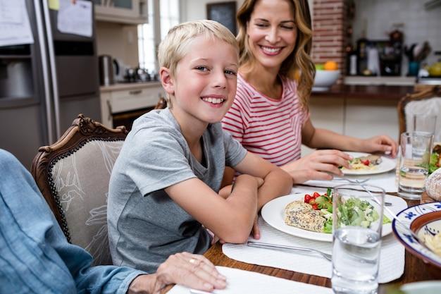 Portrait, garçon, repas, famille Photo Premium