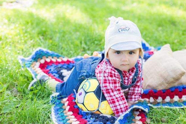 Portrait, garçon, séance, couverture, frais, herbe, parc, ville, été Photo Premium