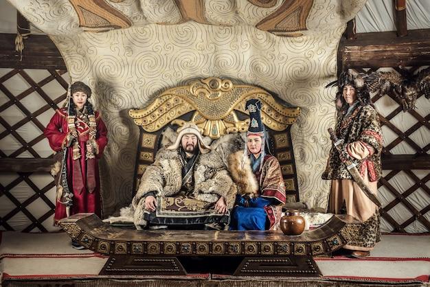 Portrait De Gengis Khan Ou De Chinggis Khaan Chez Des Guerriers Portant Traditionnellement La Culture Vestimentaire Mongole Typique De La Mongolie Photo Premium