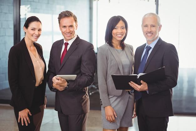 Portrait de gens d'affaires heureux avec fichier et tablette numérique Photo Premium