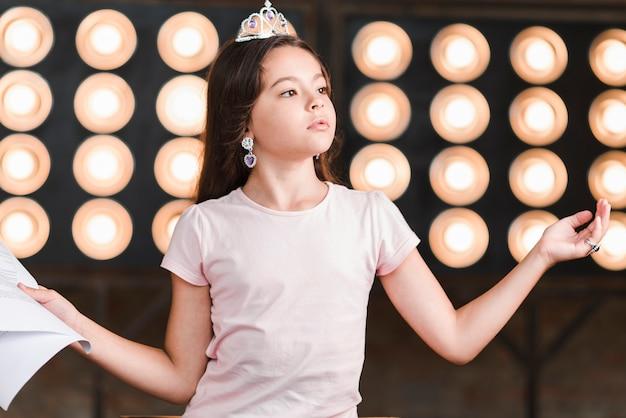 Portrait, girl, debout, répétition, devant, scène, lumière Photo gratuit