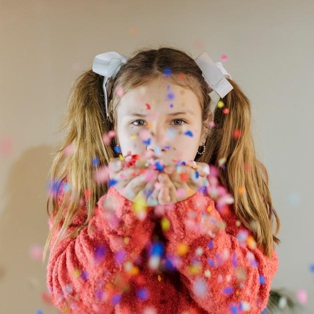 Portrait, girl, souffler, confetti Photo gratuit