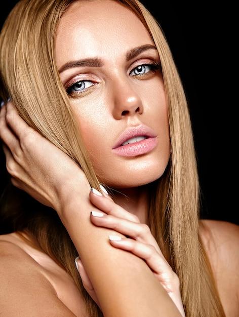 Portrait Glamour De La Belle Femme Blonde Modèle Femme Avec Un Maquillage Quotidien Frais Avec ...