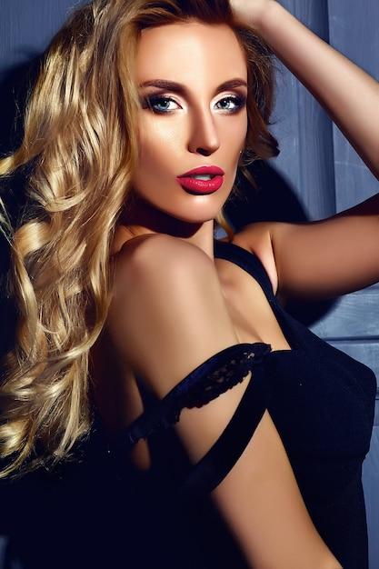 Portrait Glamour Sensuel De La Belle Femme Blonde Chaude Modèle Femme Avec Un Maquillage Quotidien Frais Avec Des Lèvres Rouges Et Une Peau Propre Et Saine Photo gratuit