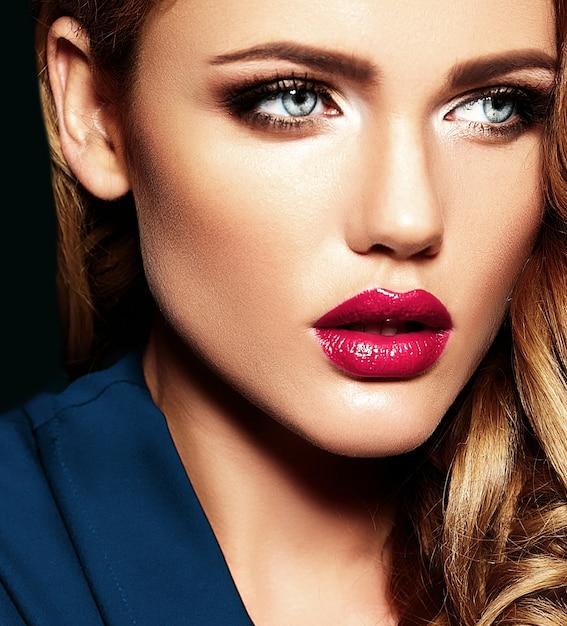 Portrait Glamour Sensuel De La Belle Femme Blonde Modele Femme Avec Un Maquillage Quotidien Frais Avec Des Levres Roses Et Une Peau Propre Et Saine Photo Gratuite