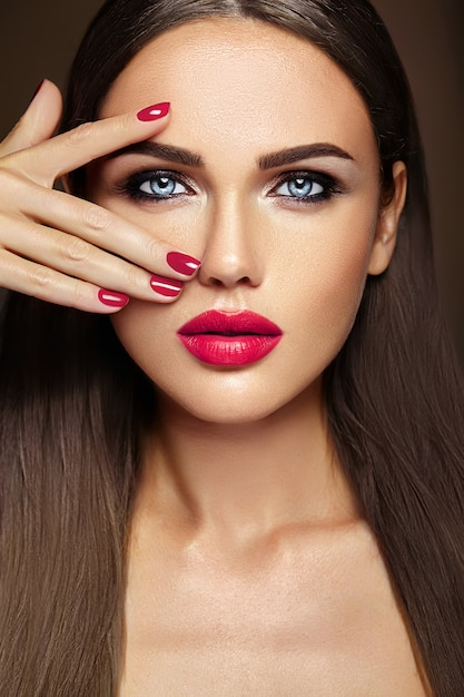 Portrait Glamour Sensuel De Belle Femme Modèle Femme Avec Un Maquillage Quotidien Frais Avec Des Lèvres Roses Et Une Peau Propre Et Saine Photo gratuit