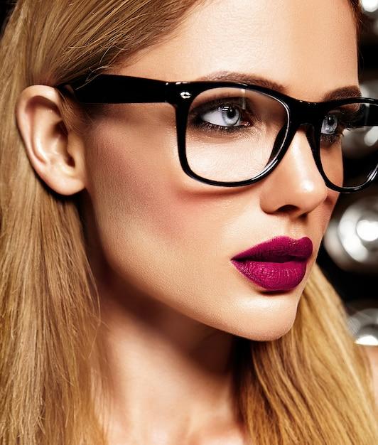 Portrait Glamour Sensuel Du Beau Modèle De Femme Blonde Avec Un Maquillage Quotidien Frais Avec Des Lèvres Violettes Et Une Peau Propre Et Saine Dans Des Verres Photo gratuit