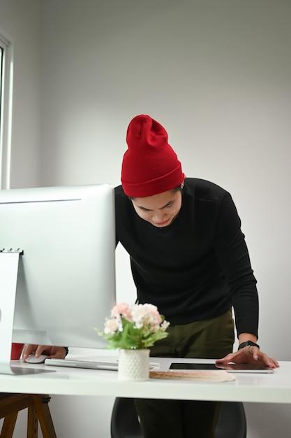 Portrait D'un Graphiste Homme Travaille Photo Premium