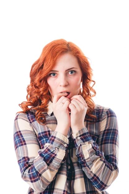 Portrait de gros plan de belle fille surprise. sur fond blanc Photo Premium